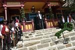 Arcibiskup olomoucký a Metropolita moravský Mons. Jan Graubner žehná obnovené chatě Libušín na Pustevnách v Beskydech při příležitosti jejího slavnostního otevření; čtvrtek 30. července 2020