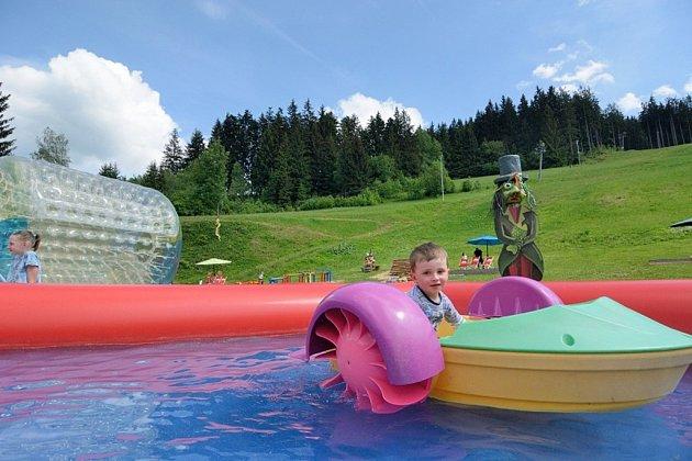 Poslední prázdninový víkend nabídne vResortu Valachy zábavu dětem idospělým. Bazén Razulák.