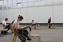 Účastnici prázdninového Výukového festivalu Architektury a Designu FestAD 2017 při práci; Rožnov pod Radhoštěm, srpen 2017