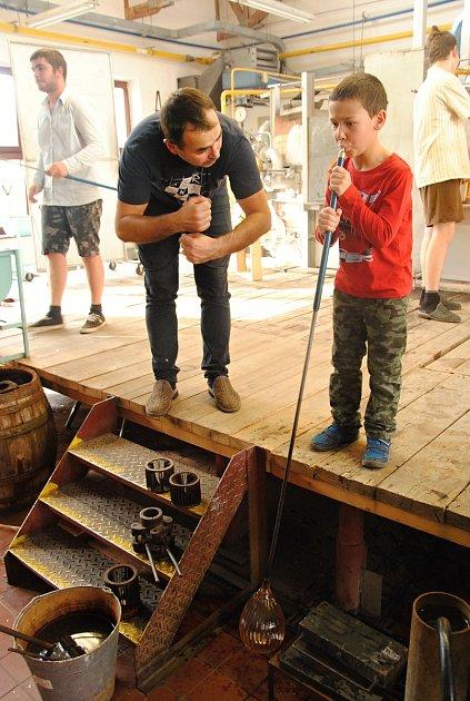 Foukání skla si vpátek 8.listopadu 2019při dni otevřených dveří ve Střední uměleckoprůmyslové škole sklářské ve Valašském Meziříčí vyzkoušel také šestiletý Mikuláš Skřičík. Správný postup mu vysvětluje sklářský mistr Ondřej Strnadel.