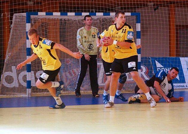 Poslední utkání Valašského poháru Zubří (žluté dresy) – Maribor bylo zároveň přímým soubojem o vítězství. Z vítězství 22:21 se nakonec radovali Slovinci.