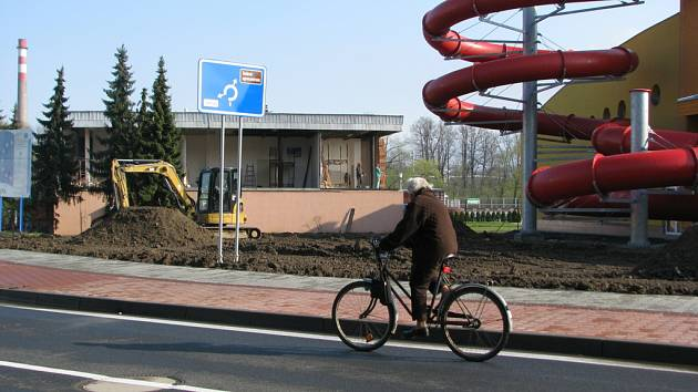 Krytý bazén měl být ve Valašském Meziříčí otevřen už loni. Stvba ale stále není dokončena.