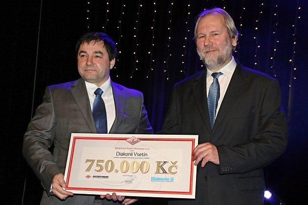 Šek pro Diakonii převzal ředitel jejího vsetínského střediska Dan Žárský (vpravo) z rukou generálního ředitele společnosti Austin Detonator Otty Grebeně.