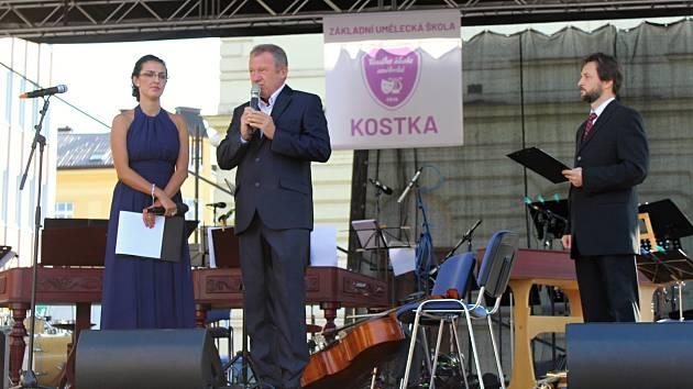 Slavnostní koncert k zahájení činnosti Základní umělecká škola Kostka se uskutečnil v úterý 28. srpna 2018 ve Vsetíně před domem kultury. Přítomné přivítal ředitel školy Karel Kostka (uprostřed), odpolednem provázela Kateřina Bazelová a Jan Mikušek.