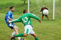 Fotbalisté Branek (v zeleném dresu útočník Džobák) přezimují na čele B skupiny IV. třídy.