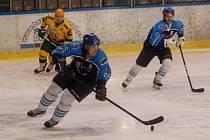 Hokejisté Valašského Meziříčí (modré dresy), s pukem Ondřej Martiník, vzadu David Varga.
