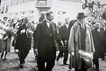 Josef Sousedík doprovází T. G. Masaryka při jeho návštěvě ve Vsetíně v roce 1928.