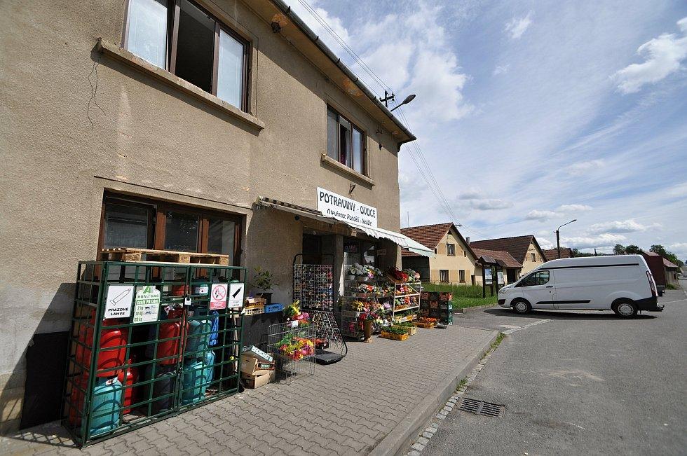 Prodejna potravin a dalšího zboží na návsi v Brankách.