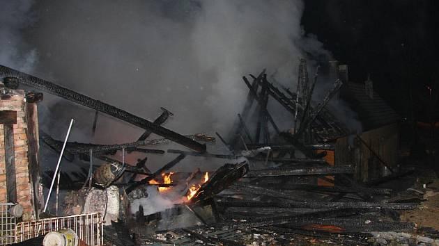 Rozsáhlý požár větší usedlosti v Kladerubech na Vsetínsku