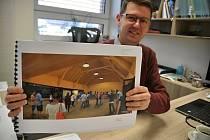 Starosta Ratiboře Martin Žabčík ukazuje vizualizaci plánovaného víceúčelového komunitního centra.