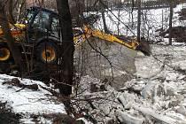 Mohutné ledové kry zablokovaly v úterý 21. února 2017 vodní tok říčky Hážovky v Rožnově pod Radhoštěm. Koryto v délce zhruba 150 metrů museli pracovníci odboru správy majetku rožnovské radnice ve spolupráci s Povodím Moravy uvolnit za pomoci těžké technik