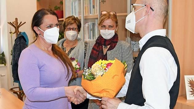 Lenka Kostelná (vlevo), vedoucí úseku služeb domácí péče Diakonie ČCE Valašské Meziříčí, převzala ocenění v anketě Osobnost neziskového sektoru Zlínského kraje za rok 2020.