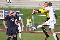 Fotbalisté Valašského Meziříčí A (modré dresy) doma prohráli s Havířovem 3:5.