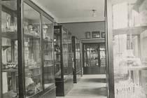 Vitríny z první stálé expozice meziříčského muzea v městské spořitelně na náměstí po přesunu do krásenského zámku sloužily k uložení sbírkových předmětů v depozitářích.
