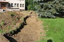 Příprava areálu před kulturním domem ke stavebním úpravám.
