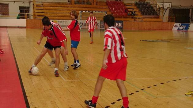 Futsalové družstvo Draci Valašské Meziříčí (tmavé dresy) mělo minulý víkend špatnou formu a získalo pouze bod za remízu s Mikeskou Vsetín (pruhované dresy).