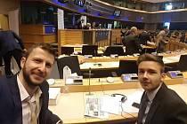 Student Michael Lukáč ze Střední školy Kostka ve Vsetíně s redaktorem a výkonným ředitelem týdeníku New Europe Alexandrosem Koronakisem v Bruselu