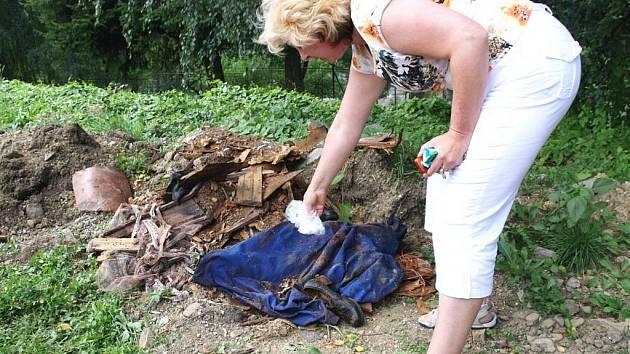 Přímo u chodníku nalezla žena navršené ostatky své devatenáct let mrtvé babičky.