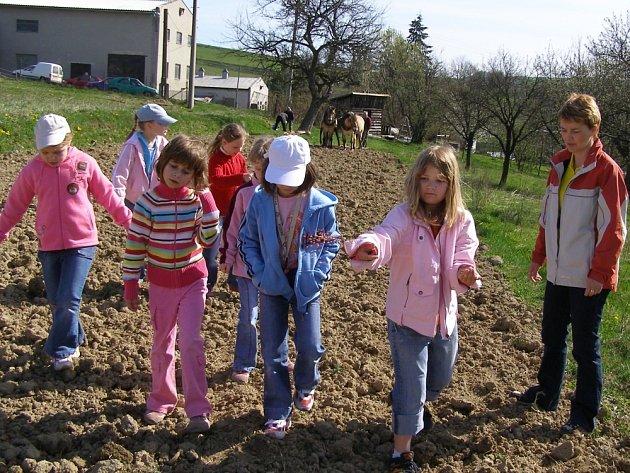 Ve Francově Lhotě děti zasely obilí