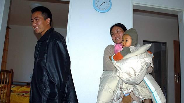 Mladá tříčlenná rodina uprchlíků z Barmy si včera ve Vsetíně převzala byt. Na Valašsku se pokusí začít nový život.