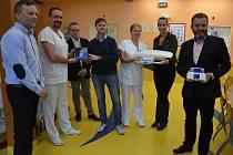 Nadační fond Jonášek z Valašského Meziříčí věnoval v říjnu 2017 věcné dary dětskému oddělení valašskomeziříčské nemocnice v celkové hodnotě 52 tisíc korun.