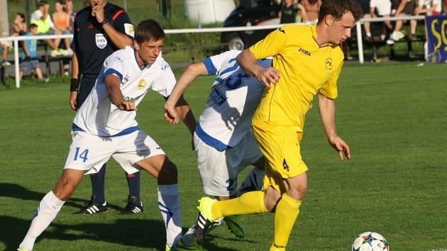 Pavel Píšek (žlutý dres) - jediný střelec Karlovic v utkání se Zlínem.