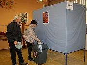 Lidé volí v jedné z pěti volebních místností v Zubří.
