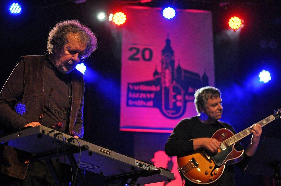 Jaromír Bazel starší (vlevo) vystupuje s kapelou Jazzevčík na 20. Vsetínském jazzovém festivalu Josefa Audese ve Vsetíně.