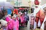 Mikuláši a čerti v tradičních maskách si dali dostaveníčko 3. prosince 2018 v centru Vsetína. Konal se tu Mikulášský den. Děti z mateřinek musely říct mikulášské družině básničku.