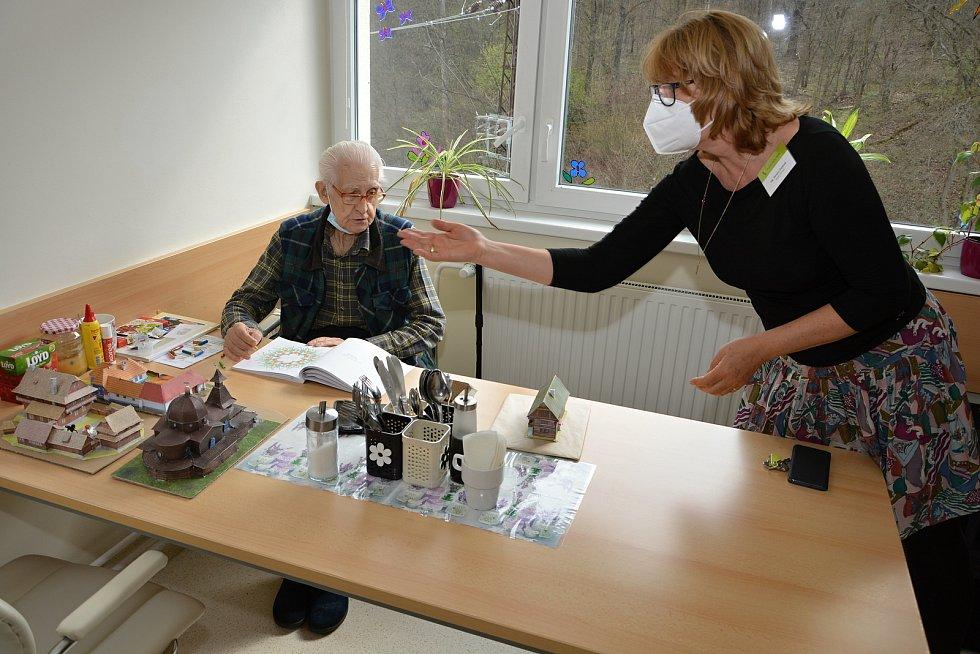 Domov pro seniory Jasenka v dubnu 2021 během pandemie covidu. Vedoucí domova Renata Zejdová a obyvatel domova Vladimír Alois Váleček.