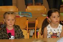 Čtyřiatřicet žáčků usedlo 2. září 2019 poprvé do lavic na vsetínské základní škole v Luhu. Premiéru si odbyli také v 1.B.