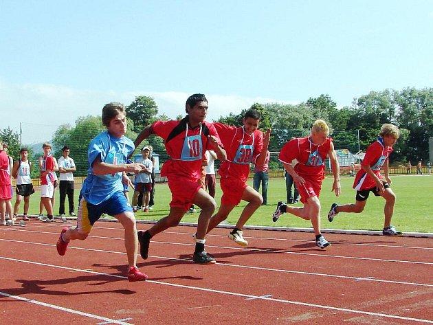 Mladí lidé, kteří přijeli na národní atletický mítink do Valašského Meziříčí patří k české sportovní elitě speciálních a praktických škol.
