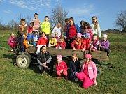 Děti ve Franocově Lhotě si vyzkoušely setí obilí na poli rodičů kardinála Štěpána Trochty.