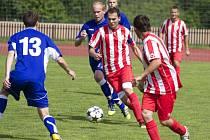 Fotbalisté Podlesí (červené dresy) jasně porazili Jablůnku a jdou v poháru dále.