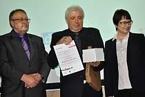 Cenu si na 7. výroční a odborné konferenci cestovního ruchu Východní Moravy převzal předseda Podhostýnského mikroregionu Václav Smolka (uprostřed).