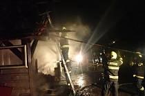 U požáru přístřešku u rodinného domu v Lačnově zasahovalo ve středu 30. prosince 2020 pět hasičských jednotek.
