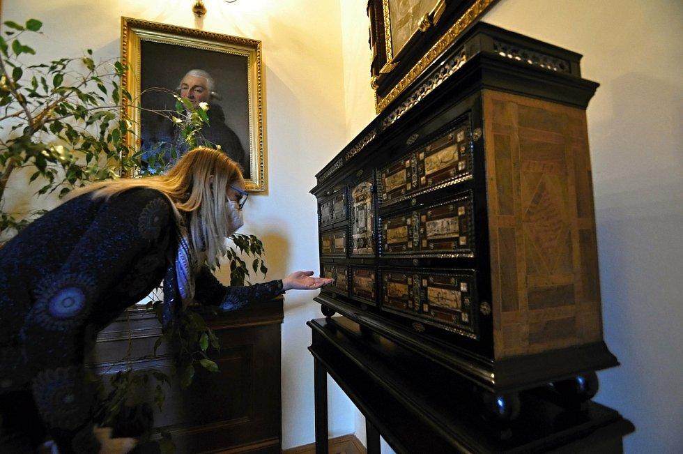 Kristýna Pončíková, lektorka Muzea regionu Valašsko, ukazuje jeden z cenných kusů nábytku vyrobeného ze vzácných druhů dřeva.