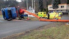 S dvěma muži se v Horní Bečvě převrátila automobilová plošina