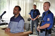 Obžalovaný pětatřicetiletý Václav Tulej ze Vsetína (vlevo) stojí v pondělí 14. května 2012 před senátem Okresního soudu ve Vsetíně.