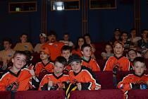 Své kamarády a sportovní vzory přišli na vyhlašování podpořit malí hokejisti z oddílu Černých vlků (na snímku).
