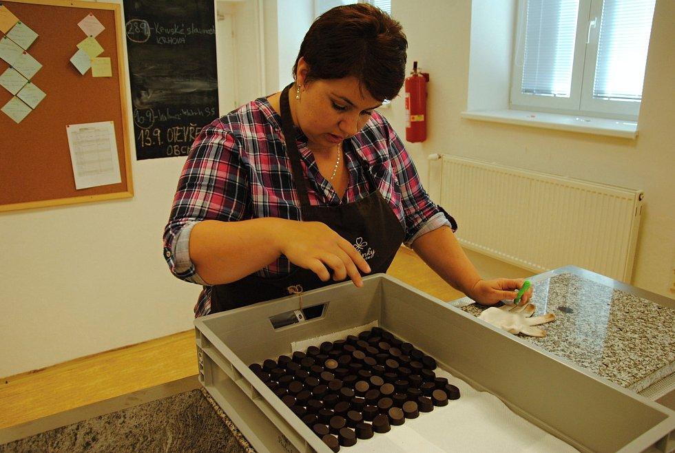Výroba cukrovinek v nově otevřené pralinkárně ve Valašském Meziříčí. Provozuje ji místní Diakonie a dává v ní šanci pracovat lidem se zdravotním hendikepem; pátek 13. září 2019