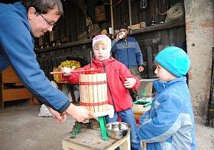 Zpracování jablek ve Valašském ekocentru