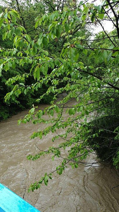 Rozvodněný potok Rokytenka ve vsetínské místní části Rokytnice; středa 22. května 2019.