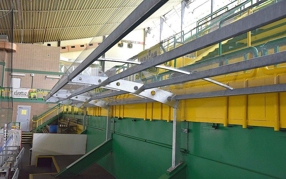 Vsetínský zimní stadion Na Lapači prochází opravami. Nové jsou i stříšky nad střídačkami.