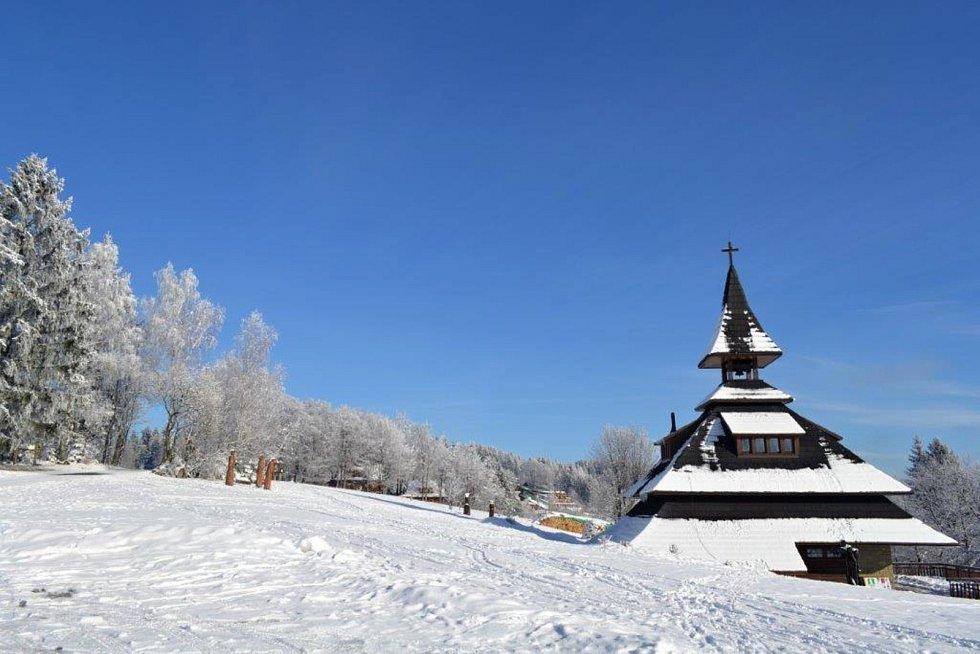 Pohled na zasněženou valašskou krajinu volající po zachycení objektivem fotoaparátu nabízí Soláň na Horním Vsacku. Výlet lze spojit s návštěvou oblíbené Zvonice na Soláni.