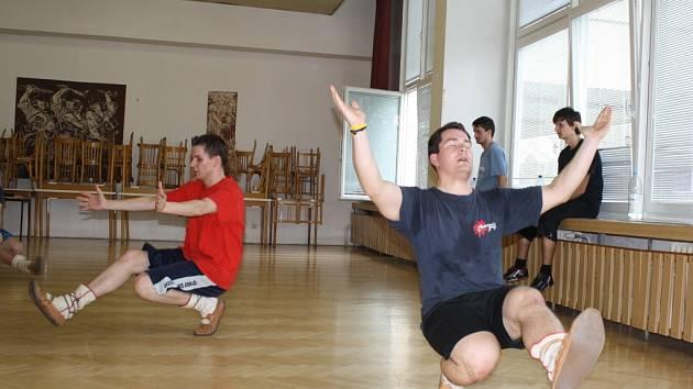 Petadvacet zájemců z celého Valašska se v sobotu přišlo naučit, jak se tančí odzemek