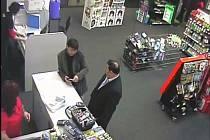 Průmyslová kamera zachytila muže při krádeži mobilů.