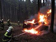 Traktor po nárazu do stromu začal hořet; Podolí u Valašského Meziříčí; neděle 27. listopadu 2016