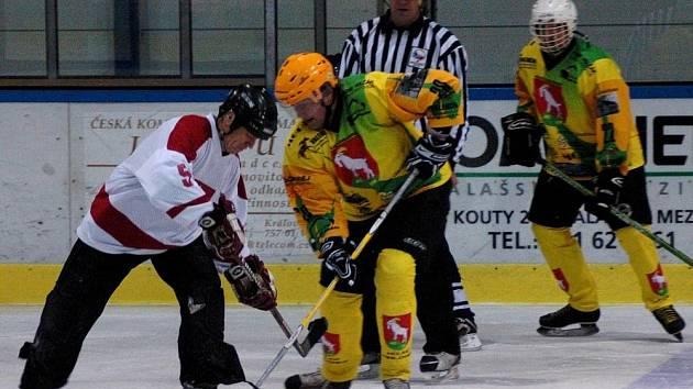 V utkání 6. kola amatérské ligy hokejistů HC Velké Karlovice (žluté dresy) – HC Kunovice skončilo 10:4.