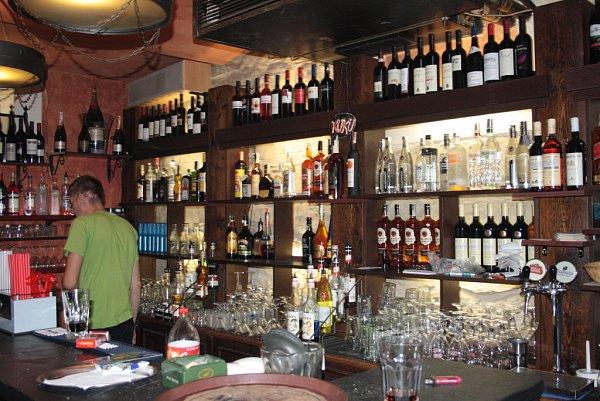 Majitelé barů kontrolují datum výroby.